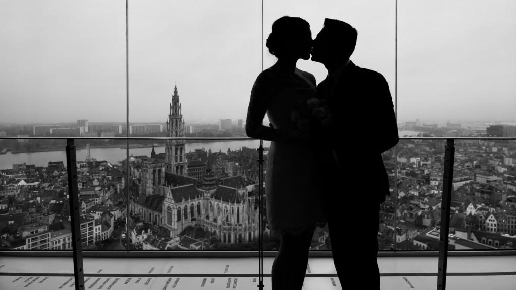 Huwelijksfotografie Antwerpen KBC toren fotoshoot silhouette
