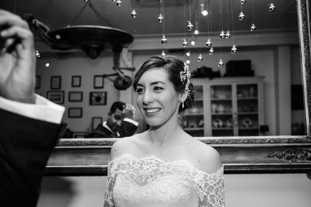 Huwelijksfotografie Antwerpen zoute zoen fotoshoot zwart wit spiegel