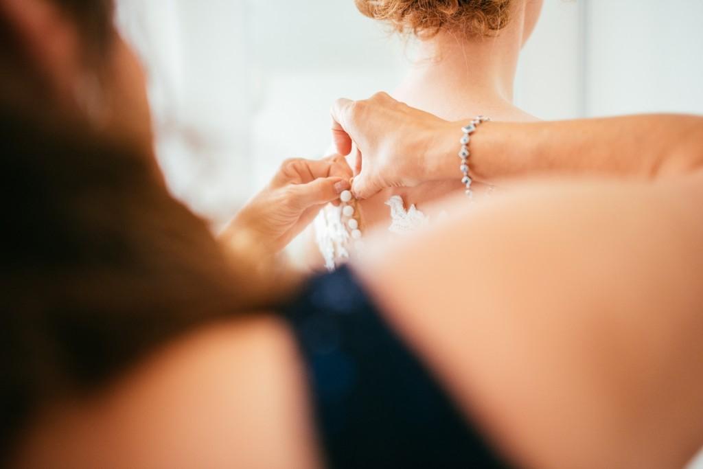 huwelijksfotografie, antwerpen, deurne, bruiloft, klaarmaken, moeder, bruidsmeisje, trouwjurk, bruidsjurk, trouwkleed