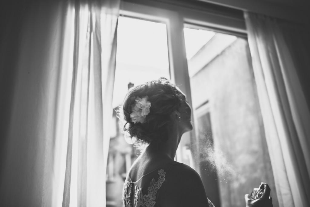 huwelijksfotografie, antwerpen, deurne, bruiloft, klaarmaken, moeder, bruidsmeisje, trouwjurk, parfum, zwart wit