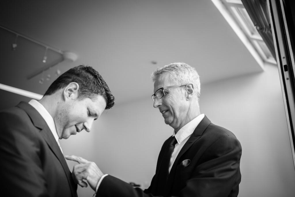 huwelijksfotograaf antwerpen vader bruidegom zwart wit vinger