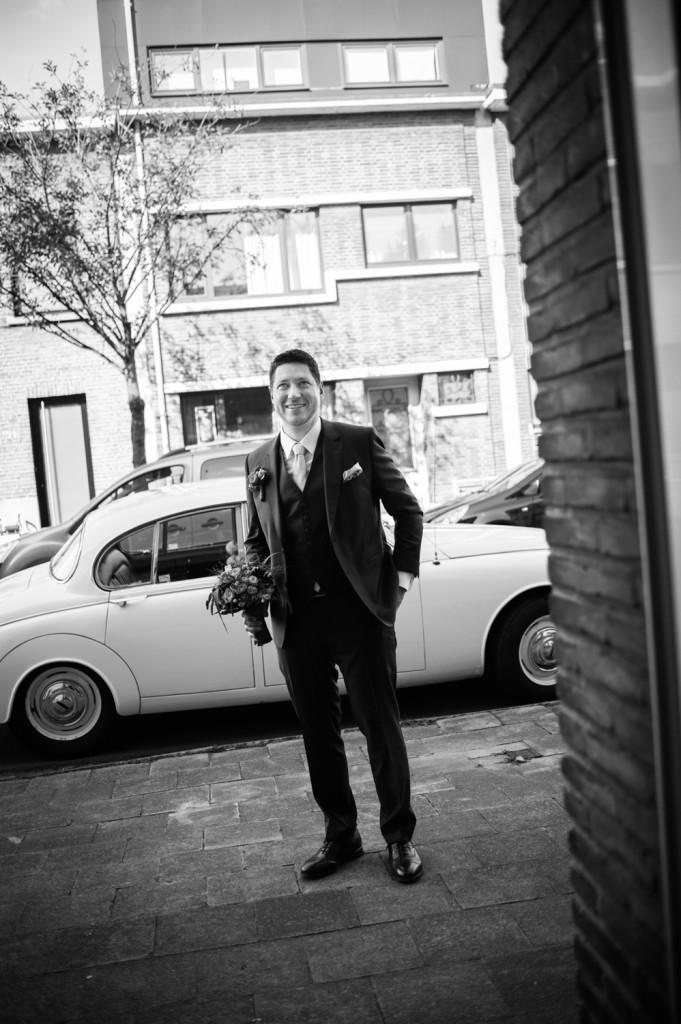 huwelijksfotograaf antwerpen vader bruidegom zwart wit aankomst