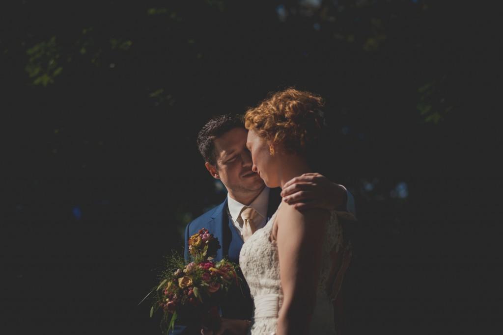 huwelijksfotograaf antwerpen, bruiloft, huwelijkreportage, fotoshoot op brug, park, donker