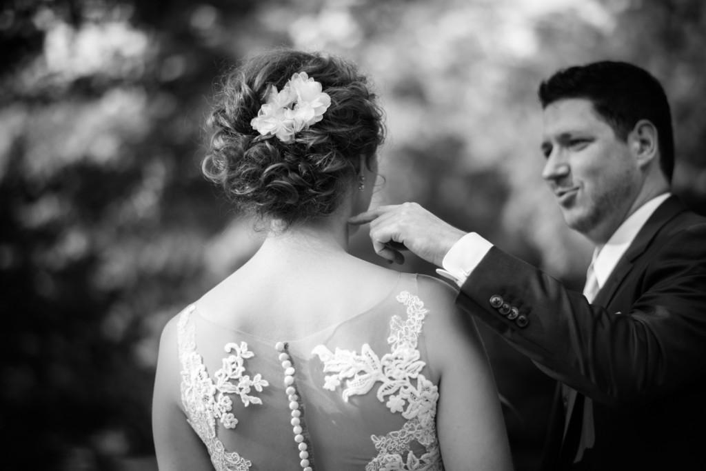 huwelijksfotograaf antwerpen, bruiloft, huwelijkreportage, fotoshoot, zwart wit, bruidegom, vinger