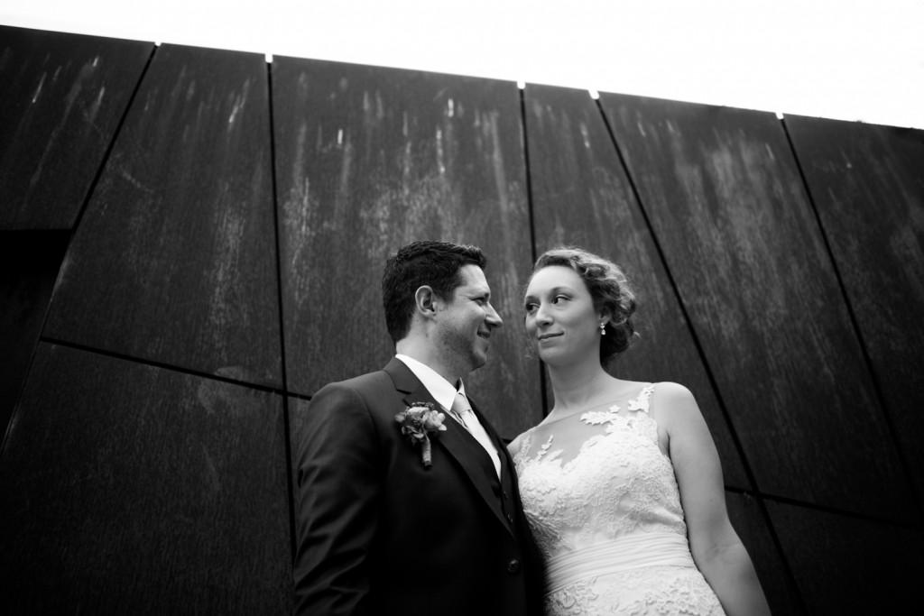 huwelijksfotograaf antwerpen, bruiloft, huwelijkreportage, fotoshoot, zwart wit, iron wall