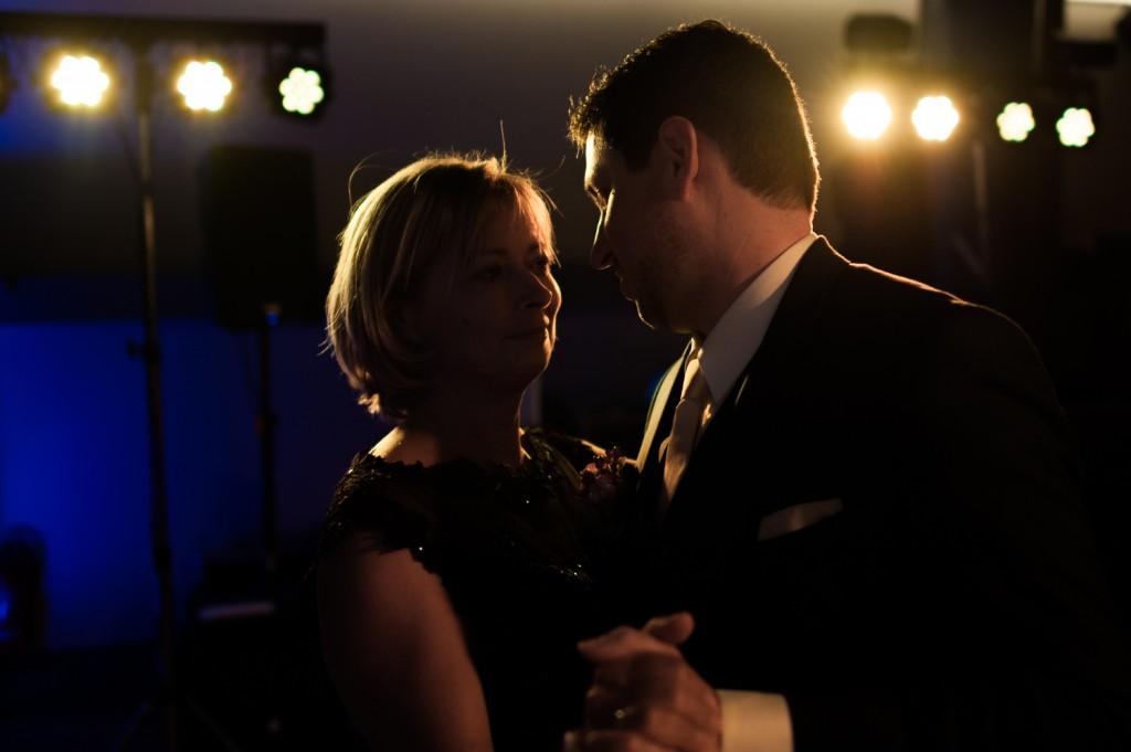 huwelijksfotograaf antwerpen, bruiloft, huwelijkreportage, fotoshoot, de ark, openingsdans, bruidegom met moeder