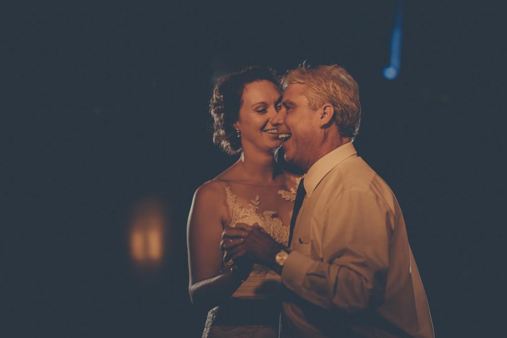 huwelijksfotograaf antwerpen, bruiloft, huwelijkreportage, fotoshoot, de ark, openingsdans, bruid met vader, lachen