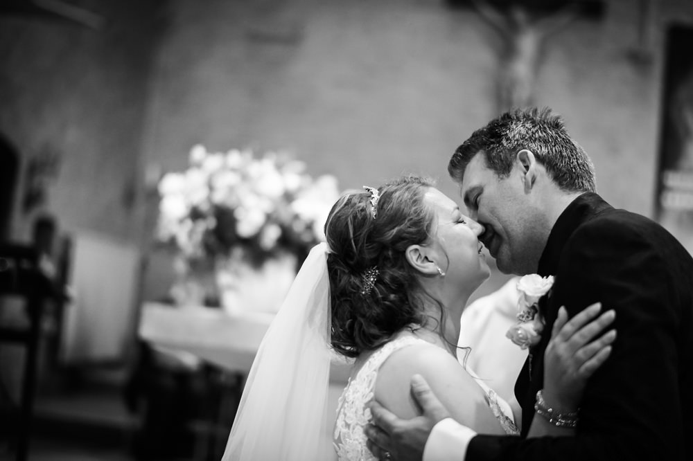 huwelijk, bruiloftfotograaf, dochters, rozeblaadjes, vader, kerk heilige maria zuivering, bruidegom