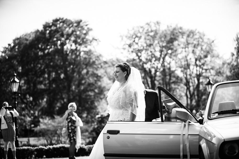 huwelijksfotografie, trouwen, aankomst kasteel de essenburgh, bruid